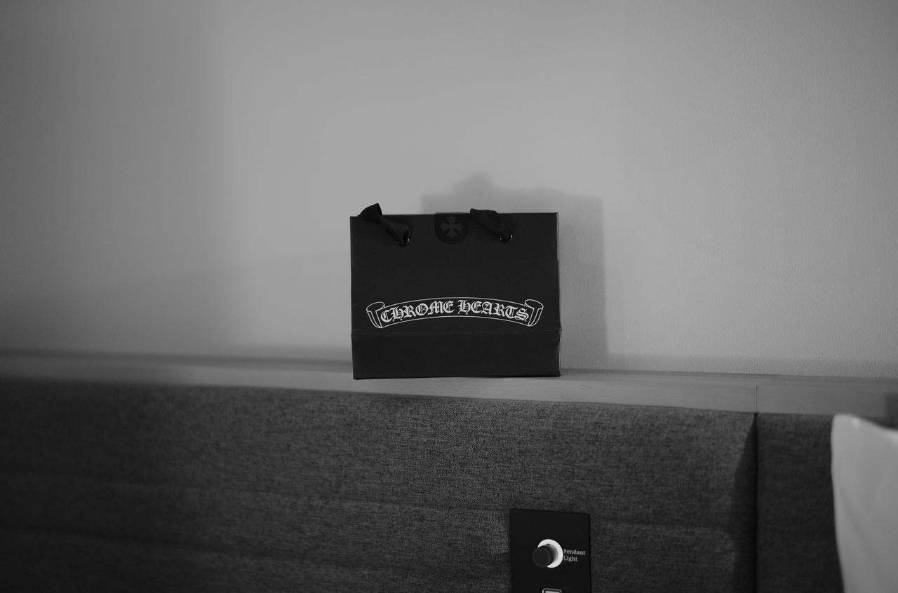 モノクロで撮影したクロムハーツのショップバッグ