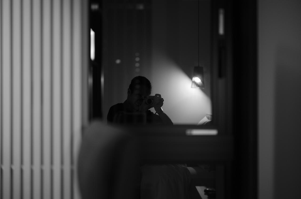 モノクロで撮影した、窓に映るカメラマン