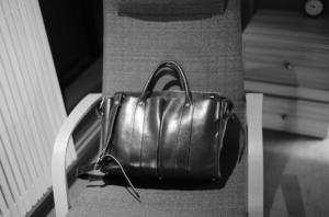 モノクロで撮影した美しい万双のバッグ