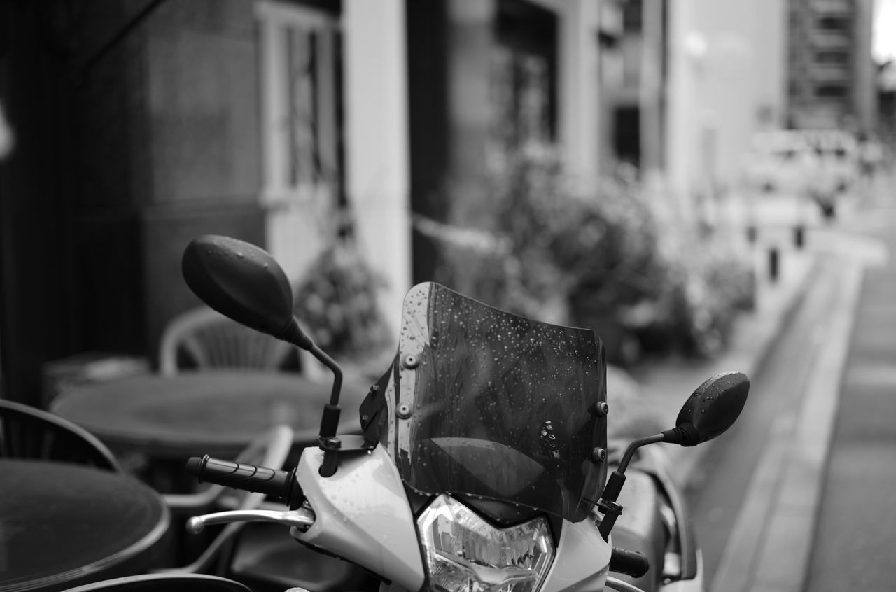 道端で撮影したバイクと雨粒