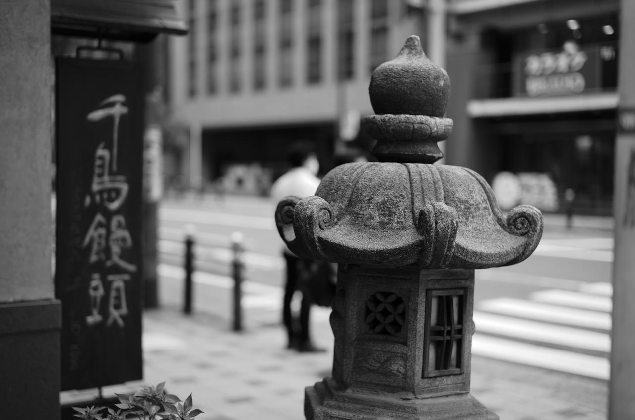 石でできている美しい灯籠