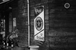 モノクロで撮影した美しいレストランの看板