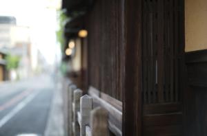 美しい京都の町家の壁と柵