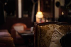 美しいシガーバーの空間とソファ