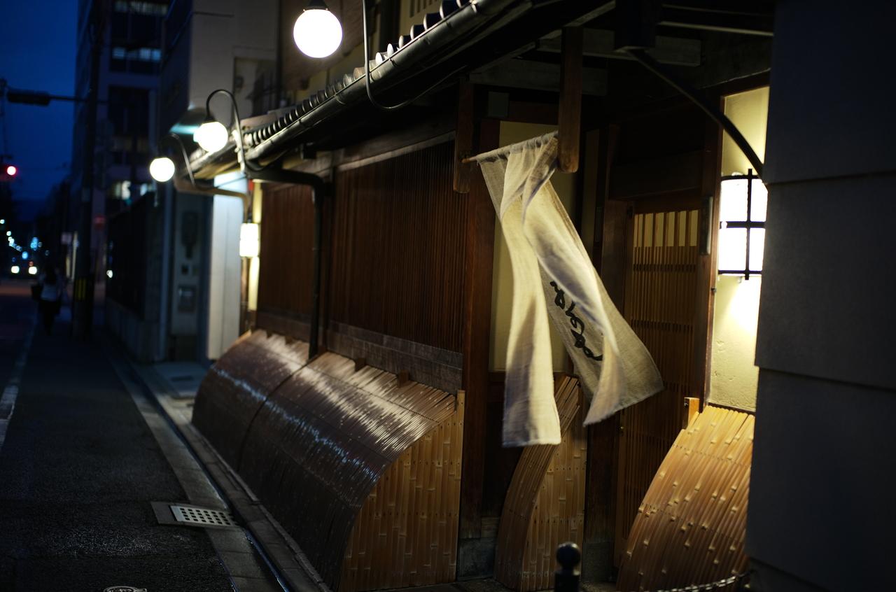 夜風になびく料亭の暖簾