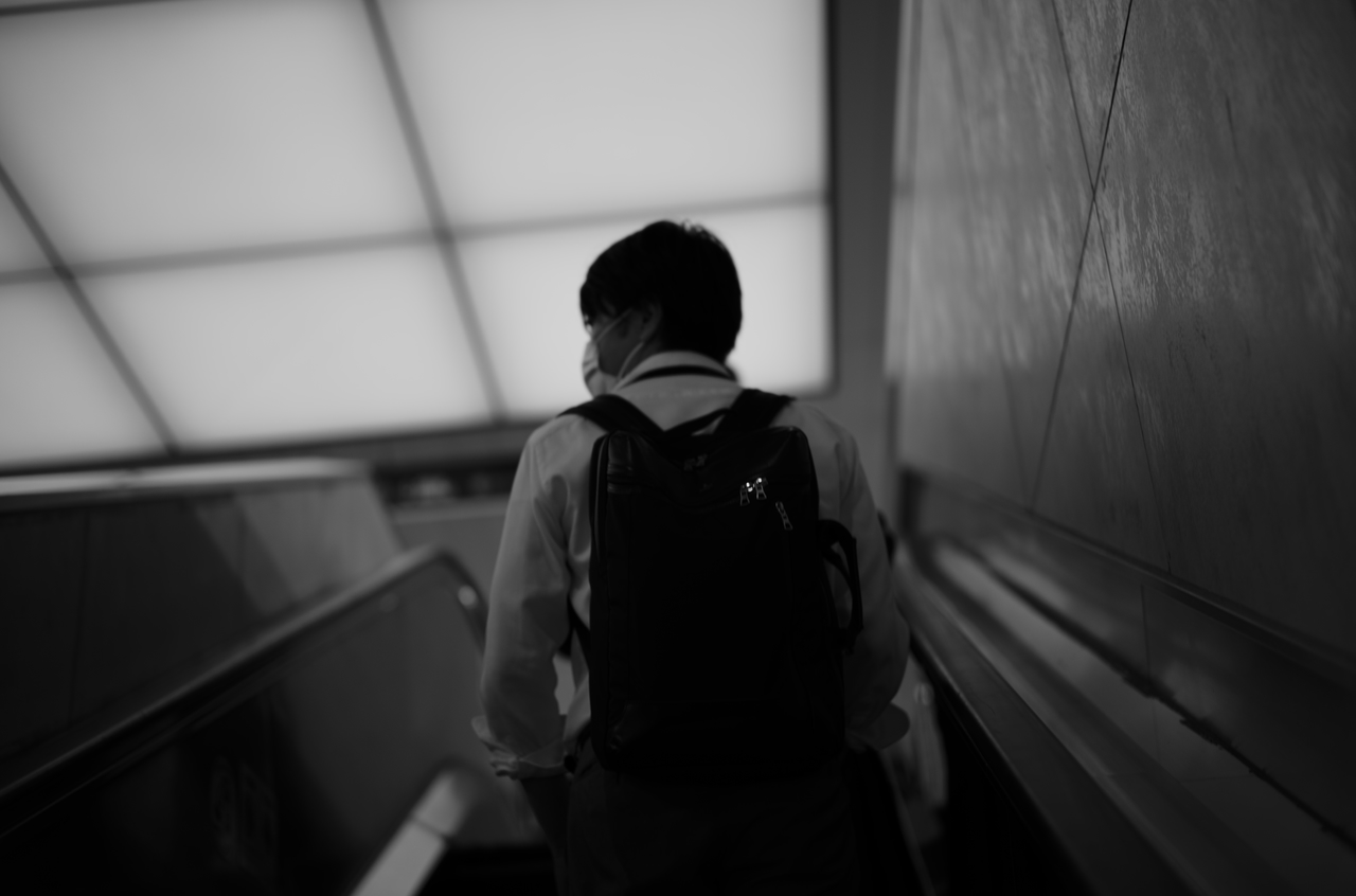 モノクロで撮影した、男性の後ろ姿