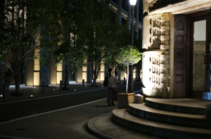 夜に撮影した芝川ビルの外観