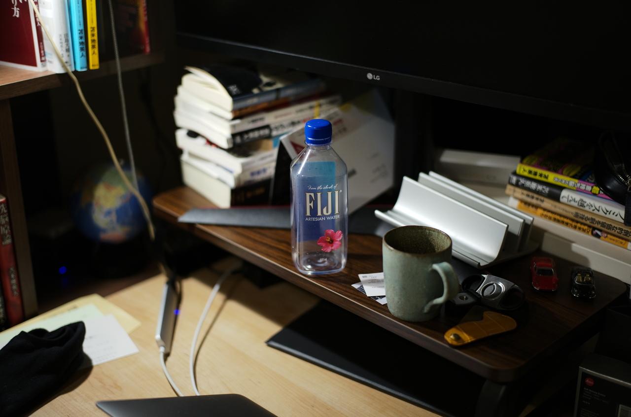 美しい書斎とFIJIのペットボトル