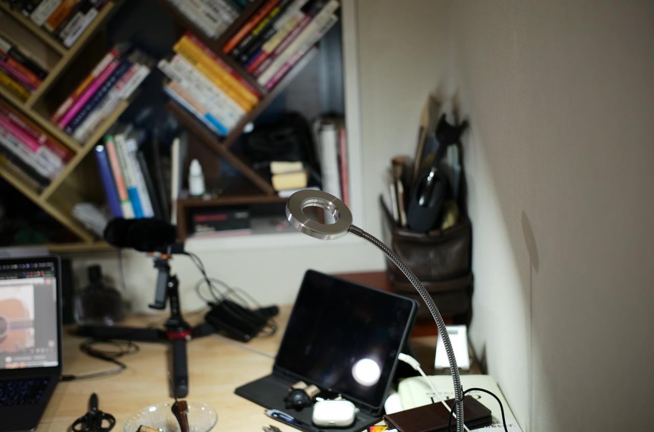 美しい書斎とデスクライト
