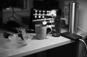 モノクロで撮影した書斎とマグカップ