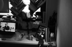 モノクロで撮影した筆者のデスク