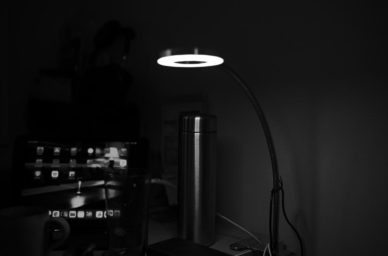 モノクロで撮影した美しいデスクライト