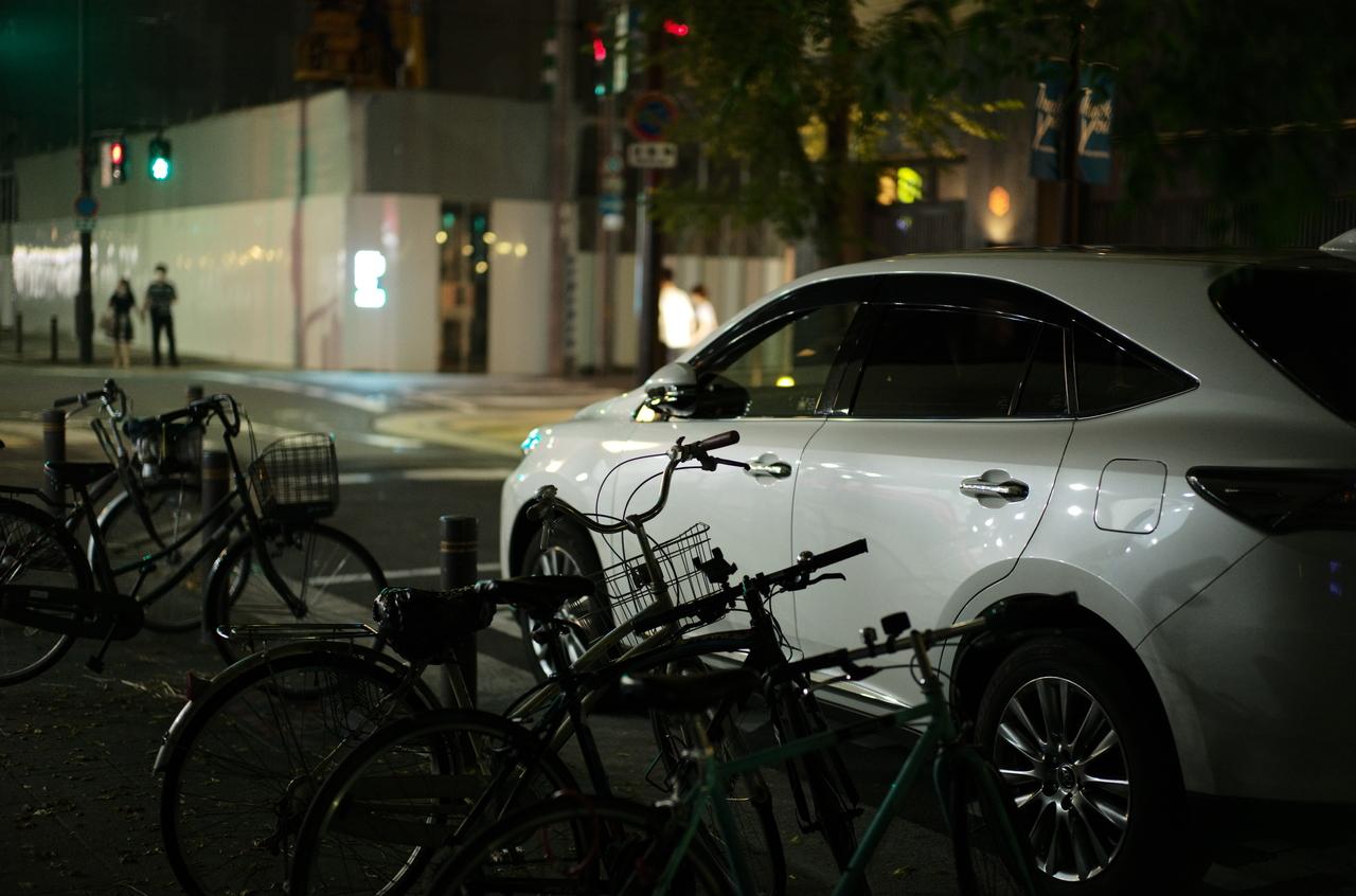 夕方に撮影した白い外車